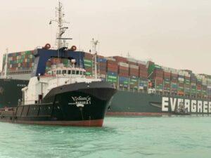 بواسطة ٨ قاطرات عملاقة قناة السويس تواصل جهودها لتعويم السفينة الجانحة